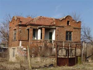 The house requires a full renovation work, but with a little TLC and a good builder could become a very attractive house. It is situated on a corner plot, opposite one of the main houses in Zagortzi, ...
